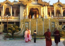 Mandalay, Kuthodaw Pagoda – Monaci