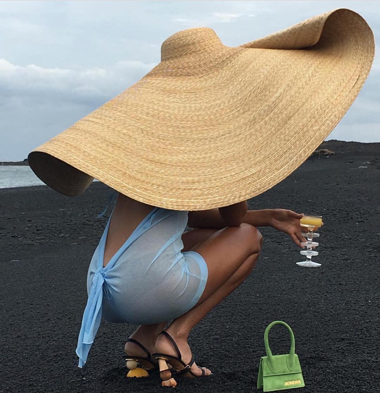Account Instagram del gruppo Vogue gli enormi cappelli presentati  sulle passerelle francesi da Jacquemus, stanno per conquistare le nostre  strade e le